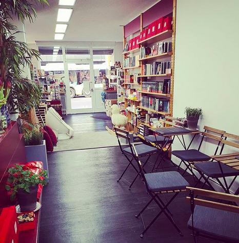 Blick in die Buchhandlung Pörksen mit Sitzecke und Bücherregalen.