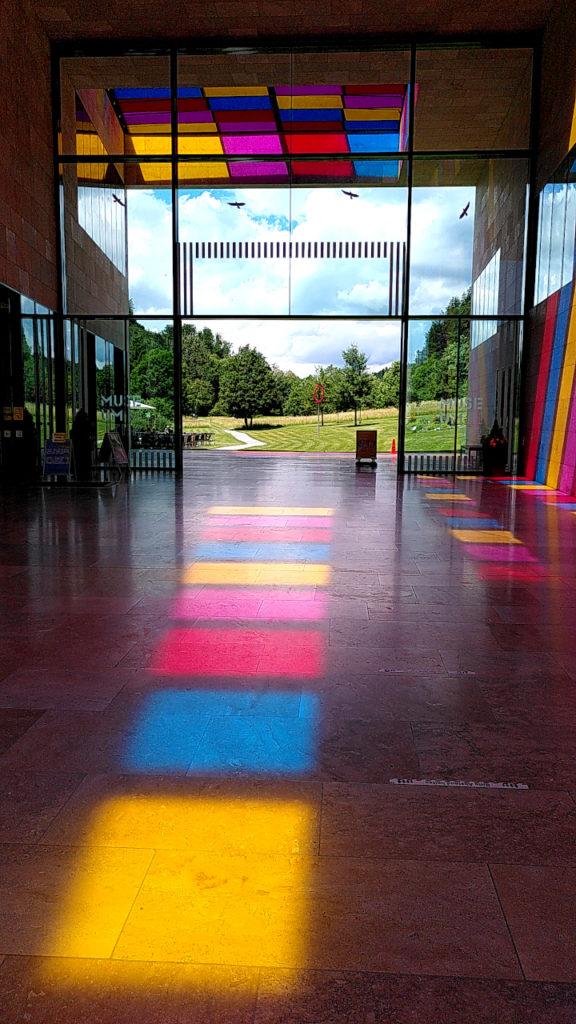 Farbige Lichtschatten im Foyer des Museums Ritter